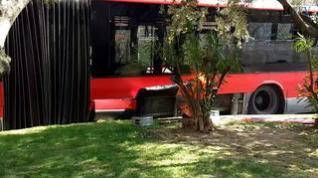 Un autobús colisiona contra la isleta de la rotonda de la calle de Asalto en Zaragoza