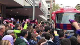 La afición del Huesca anima al equipo en Madrid