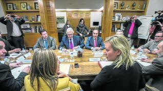 Gastón (de espaldas), frente a los representantes de Endesa en una de sus últimas reuniones