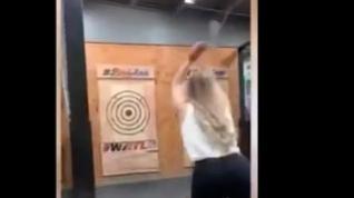 Una joven se libra de un hachazo gracias a sus reflejos