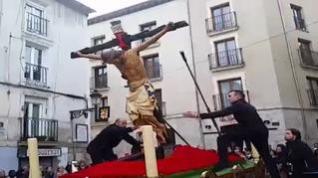 El Cristo de las Gotas se da de bruces en la procesión de Burgos