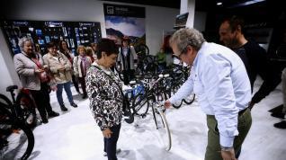 El director de marquetin de Conor entrega una bicicleta a Carmen Gaspar, en Utebo.