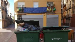"""Un bloque con vistas a un """"basurero improvisado"""" en la calle Agustina de Aragón"""