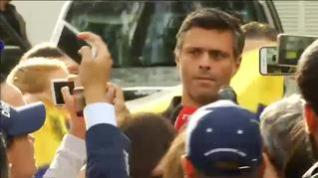 Leopoldo López reaparece a las puertas de la embajada española
