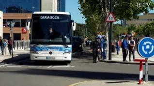 Los aficionados reciben al Real Zaragoza a su llegada a La Romareda
