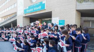 Los hospitales Miguel Servet y Clínico se han sumado a un lanzamiento masivo de besos este lunes.