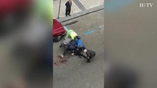 Los ciudadanos intentan parar al agresor y socorren al apuñalado