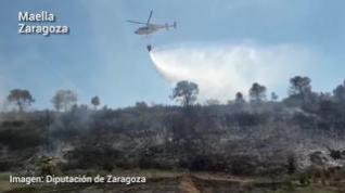 Los bomberos controlan un incendio forestal en Maella