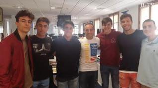 El equipo juvenil del Real Zaragoza, ganador de la Copa Campeones, visita la redacción de Heraldo