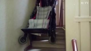 """""""Mi hija lleva 15 días sin ir al colegio porque no cabe la silla en el ascensor"""""""