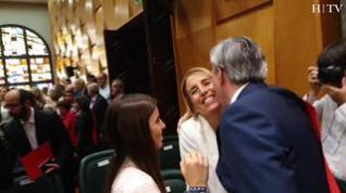 El nuevo alcalde de Zaragoza celebra con su familia su nombramiento.