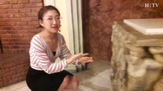 Una estudiante china hace prácticas como guía turística en la iglesia Santa Engracia de Zaragoza