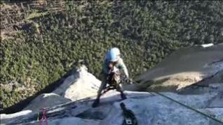 Una niña de 10 años escala una pared de 900 metros