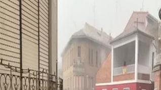 Una tromba inunda calles y comercios y derriba numerosos árboles en Barbastro