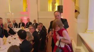 Una militante de Greenpeace agarrada por el cuello por un Ministro británico