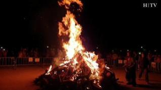 Algunos barrios de Zaragoza se iluminan gracias a las hogueras de San Juan