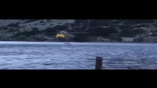 Helicóptero cargando agua en el ibón de Los Baños para sofocar el incendio cerca de Panticosa