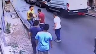 Un joven rescata en el aire a una niña que cae desde una ventana en Estambul