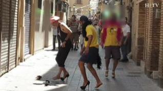 Una carrera con tacones y tiro de bolso con grito agudo para celebrar el Día del Orgullo LGTB
