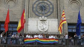 Izado de la bandera arcoiris en Zaragoza