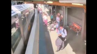 Un menor se precipita por el hueco entre el vagón y el andén en Sydney