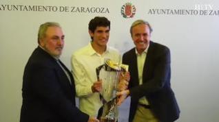 Jesús Vallejo luce medalla y copa de campeón en Zaragoza