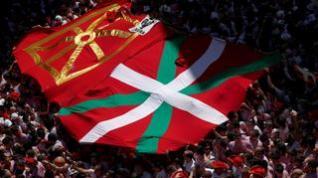 Tensión en Pamplona por la exhibición de una ikurriña durante el chupinazo