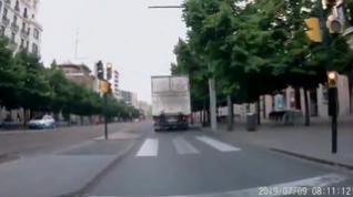 Peligroso adelantamiento de un camión a un patinete en el paseo de la Independencia