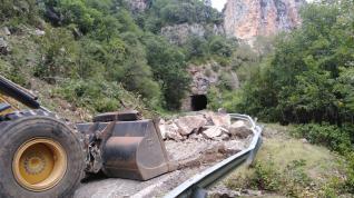 Desprendimiento de rocas en la A-1602 en Biniés