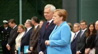 Angela Merkel vuelve a sufrir temblores en un acto oficial
