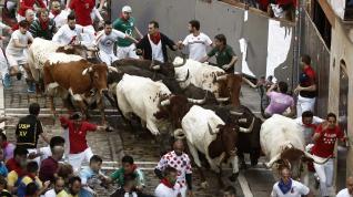 Los peligrosos 'Jandilla' protagonizan con golpes pero sin cornadas el cuarto encierro de San Fermín
