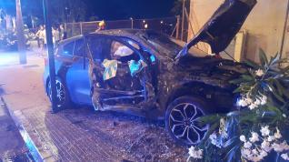 Accidente entre un coche y un autobús estacionado en la Almozara