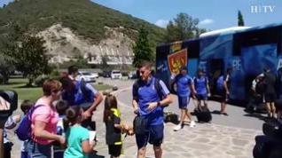 Decenas de (pequeños) aficionados esperaban en Boltaña la llegada del Real Zaragoza
