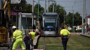 Arrancan los trabajos para poner un paso de peatones en la parada del tranvía de La Chimenea