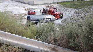 El conductor del camión ha sido rescatado por el servicio municipal de Bomberos, que lo ha trasladado a la MAZ con politraumatismos.