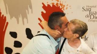 La mujer abraza al conductor a su salida del hospital San Juan de Dios de Zaragoza.