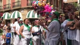 El cantador de jotas Toño Julve, de ronda con la peña La Parrilla, en Huesca