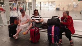 Esperas, sorpresa e impotencia entre los viajeros que han visto cancelado su tren por la huelga de Renfe