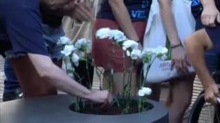Barcelona homenajea a las víctimas del 17A con flores
