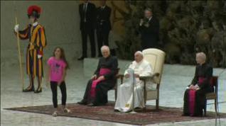 Una niña interrumpe la audiencia del papa Francisco y se pone a jugar frente a él