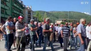 Cientos de personas se manifiestan en Aínsa contra los ataques de osos y el lobos