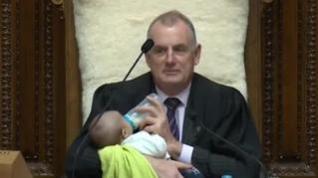 Un diputado se lleva a su bebé al pleno del Parlamento de Nueva Zelanda