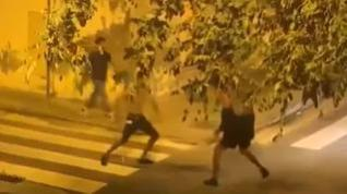 Un grupo de jóvenes se enzarza en una pelea con catanas en una calle de Barcelona