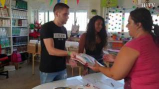 Los bancos de libros de los colegios empiezan a repartir los libros de texto entre las familias de Zaragoza