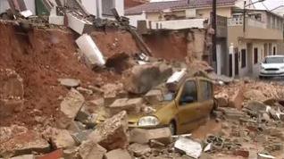 Una vivienda se derrumba debido a las fuertes lluvias y aplasta un coche