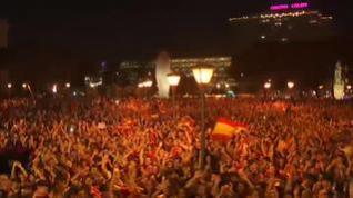 Miles de personas celebran el triunfo de la selección española de baloncesto en Madrid