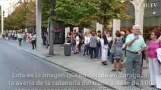 La avería del tranvía deja una fila de más de 100 personas esperando el autobús en Zaragoza