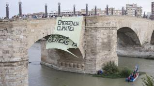 El viento desgarró el una pancarta de grandes dimensiones desplegada sobre el puente de Piedra.