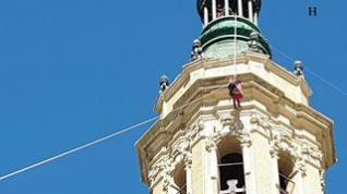 Espectacular rescate desde lo alto de las torres del Pilar: no se asuste, es solo un simulacro