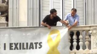 Quitan la pancarta de los presos de la fachada del Palau de la Generalitat